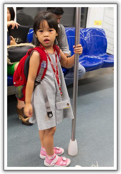 【2014‧新加坡親子遊】(17)。後記。妹妹的地鐵寫真